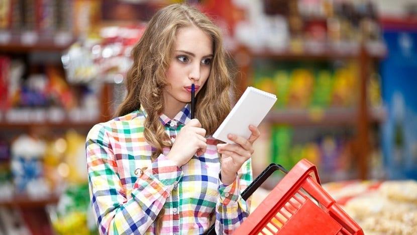 Mujer joven haciendo la compra