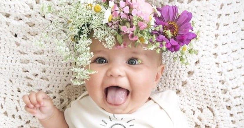 preciosa bebe con diadema de flores