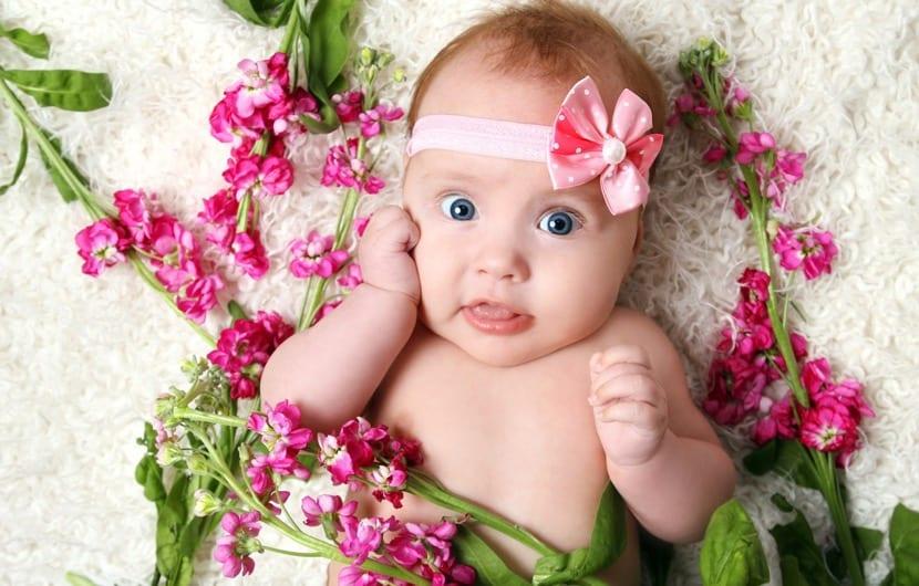 bebe con nombre de niña árabe rodeada de flores