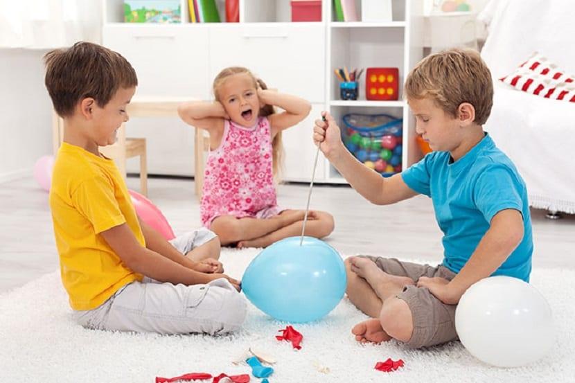 Niños jugando con globos