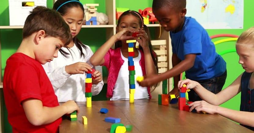 Niños jugando con bloques de construcción