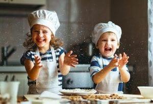 Niños preparando un pastel