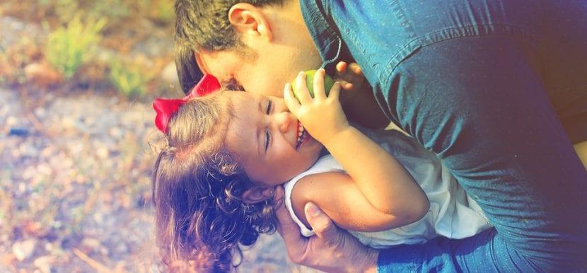 Padre e hija se ríen y divierten jugando.
