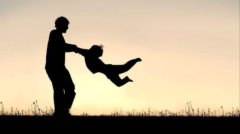 Padre jugando con su hijo al aire libre