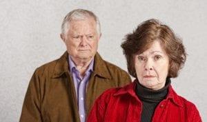 pareja de mediana edad que se van a divorciar