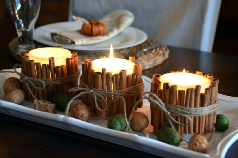 Centro de mesa casero con velas y canela en rama