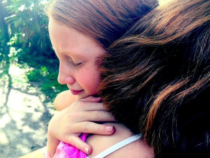 Niña con parkinson recibe el apoyo y cariño de su hermana.