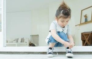 Aprender a atar cordones en la infancia