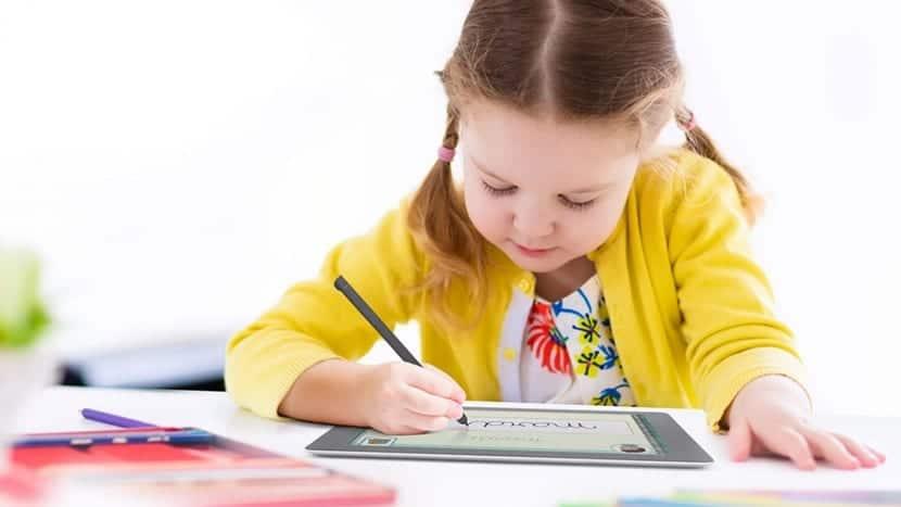 nena escribiendo en tablet