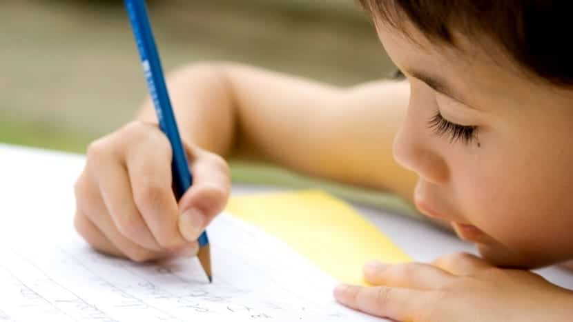 nene escribiendo