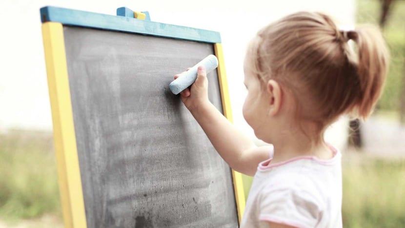 nena escribiendo en pizarra