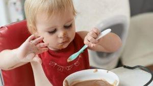 bebe comiendo con cuchara