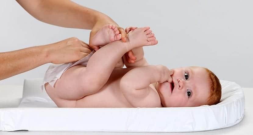El significado del color de la caca del bebé