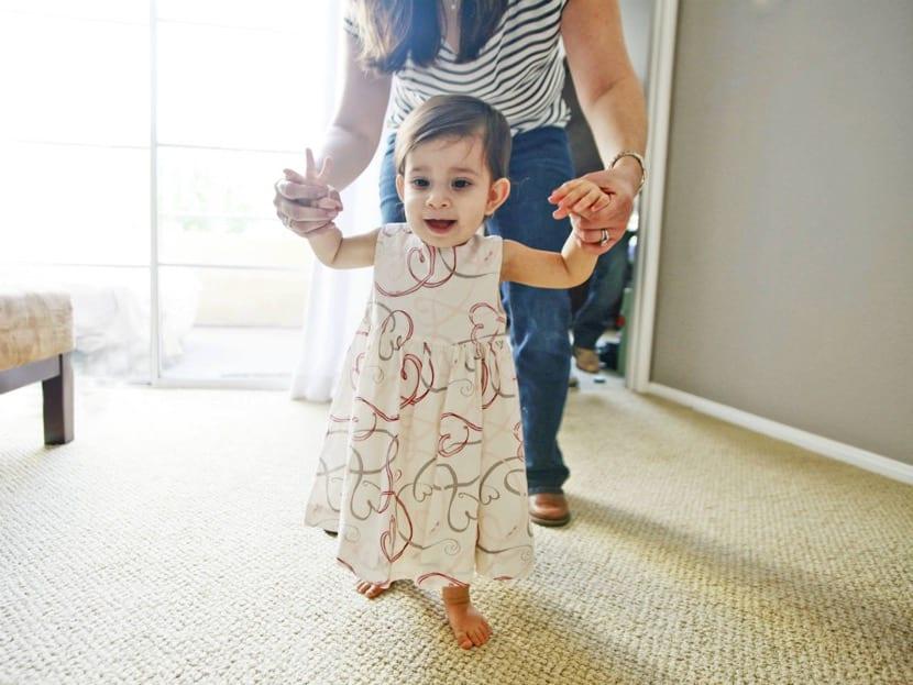 nena que comienza a caminar
