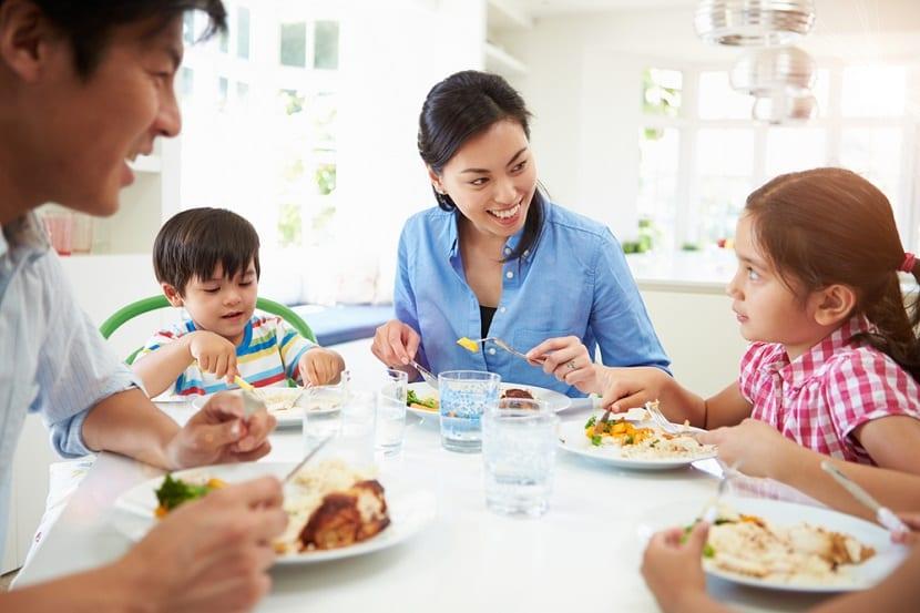 Familia disfrutando de una charla en la mesa