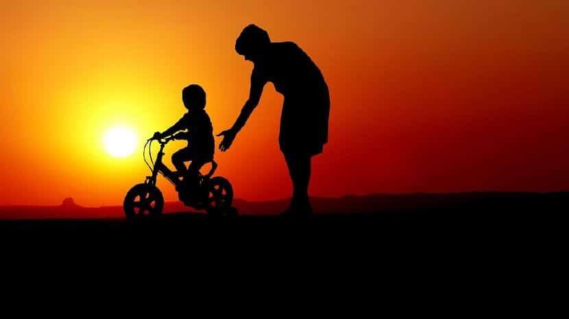 enseñar a montar bici hijo