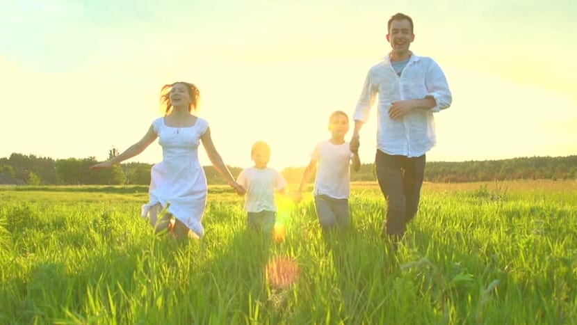 Familia disfrutando de un día en el campo