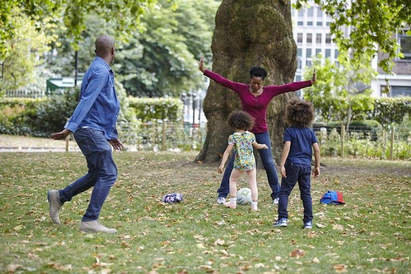 Familia con niños jugando al fútbol