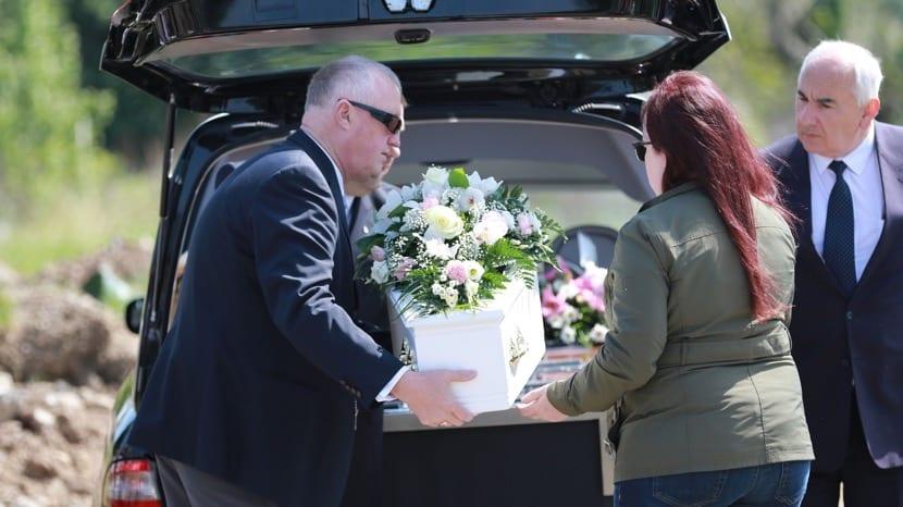 funeral donde meten el ataud en un coche funebre