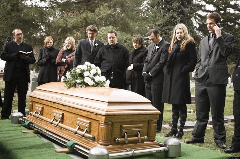 personas en el cementerio