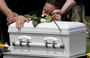 dolor ante el funeral de un bebe