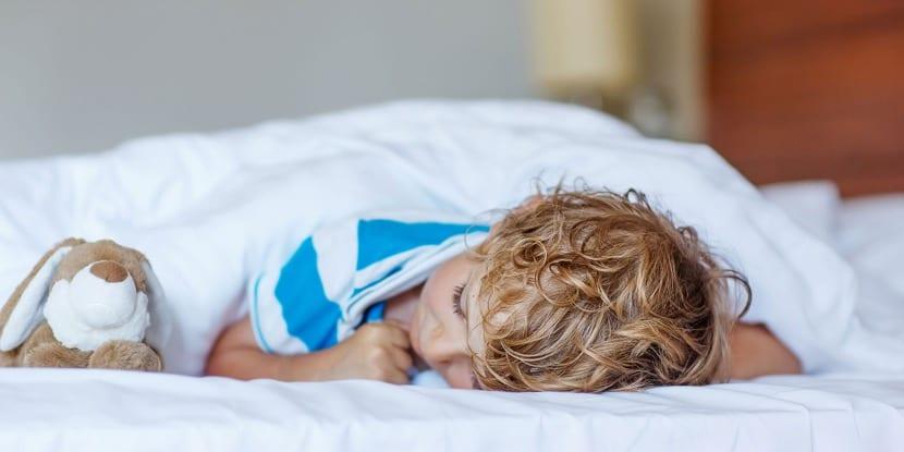 nene que duerme en su cama
