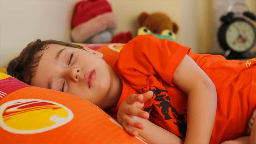 nene que duerme tranquilo en su cama