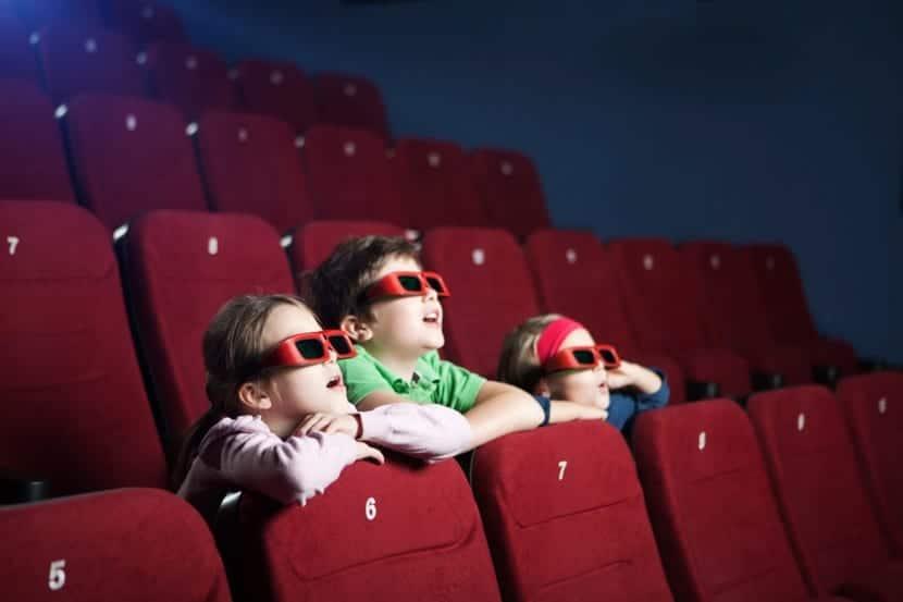 nenes en el cine viendo pelicula 3d