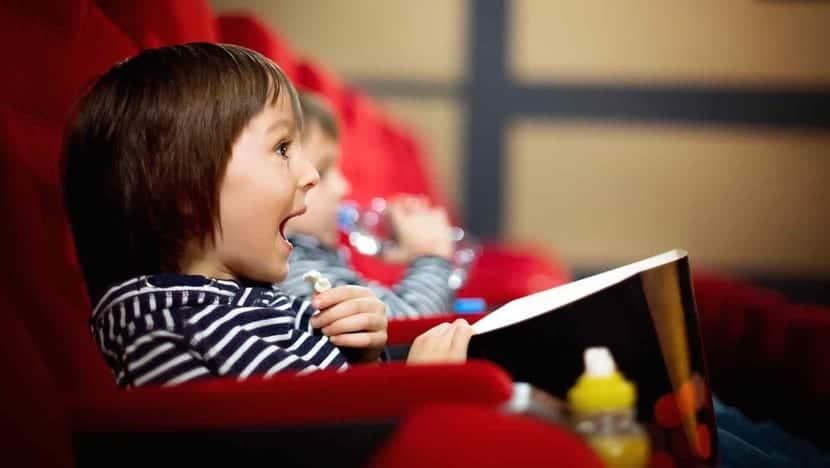nene emocionado en el cine