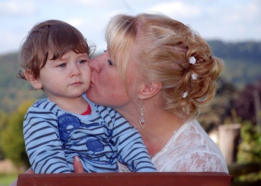 obligar a los niños a dar besos