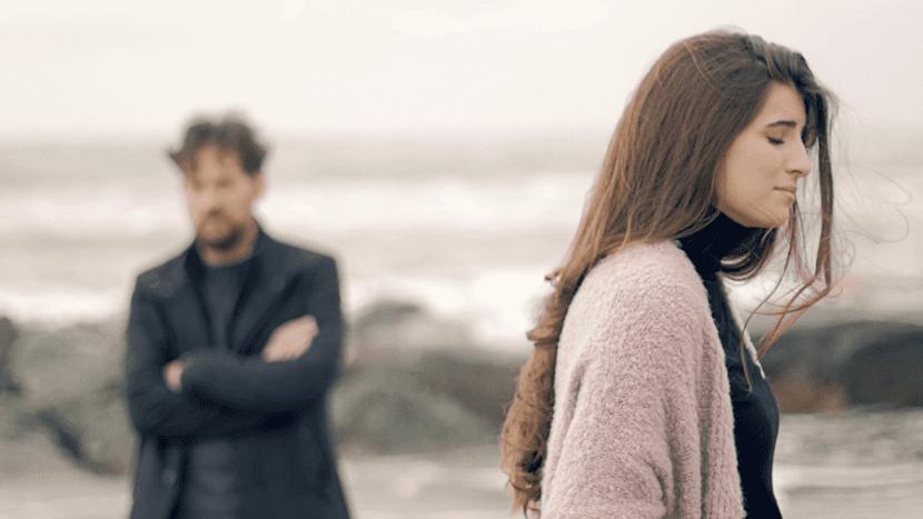 pareja triste que rompe familia