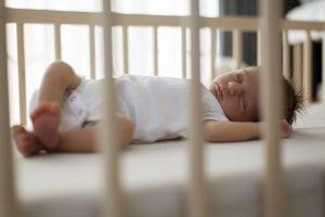 Recién nacido durmiendo en su cuna