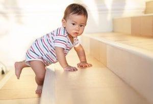 Bebé de diez meses empezando a caminar
