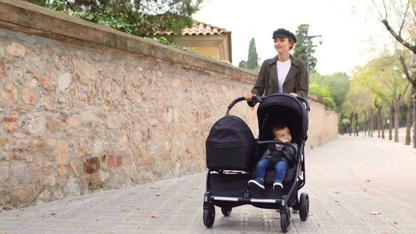 gemelos bebés en el carrito