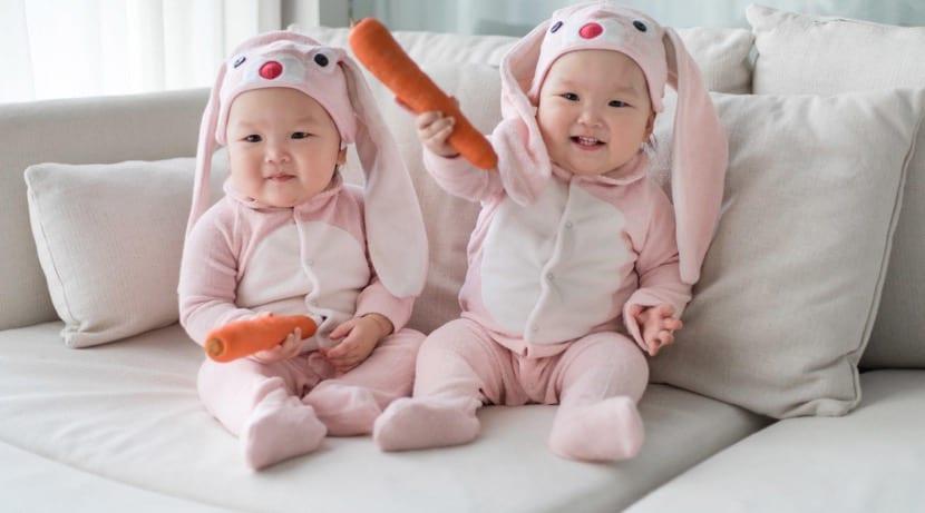 gemelas bebés disfrazadas y graciosas