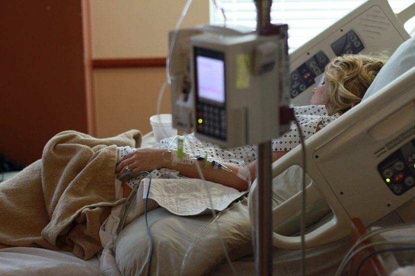 Embarazada hospitalizada con serias complicaciones.