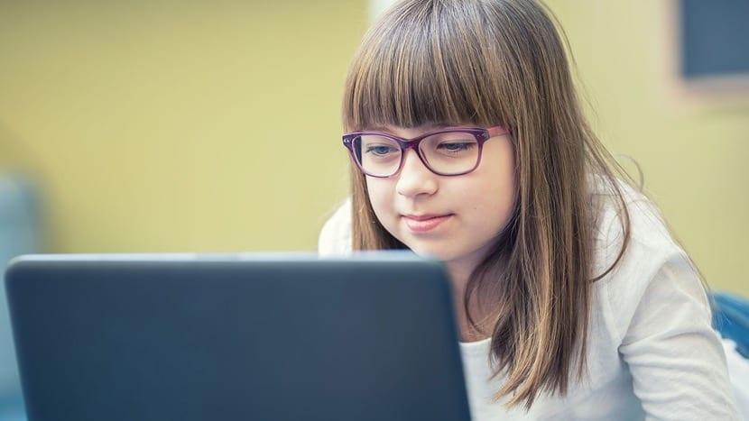 nena mirando internet en el ordenador