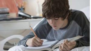 Joven preparando un examen