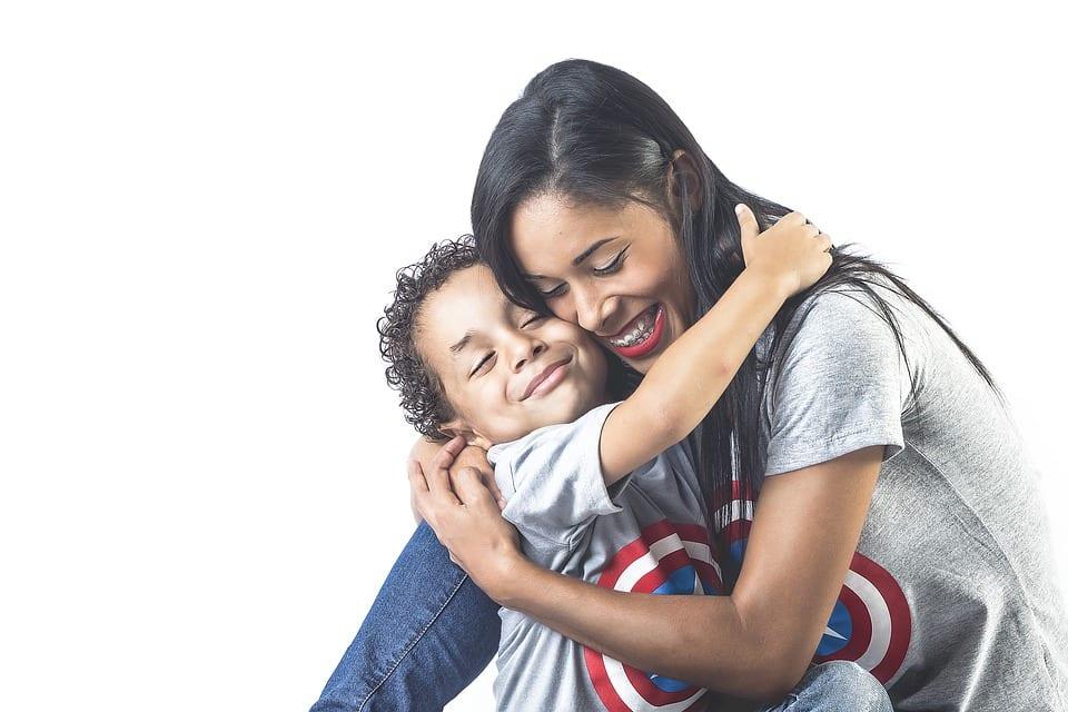 Madre e hijo se abrazan intensamente demostrándose su afecto.
