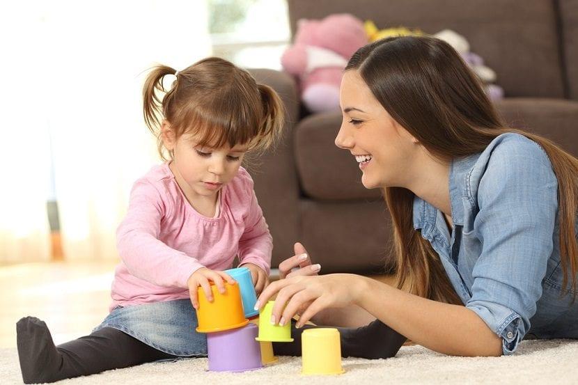 Madre le dedica parte de su tiempo a su hija jugando.