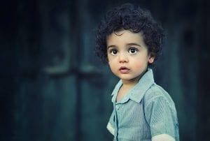 Niño muestra cara de asombro y nerviosismo tras mentir.