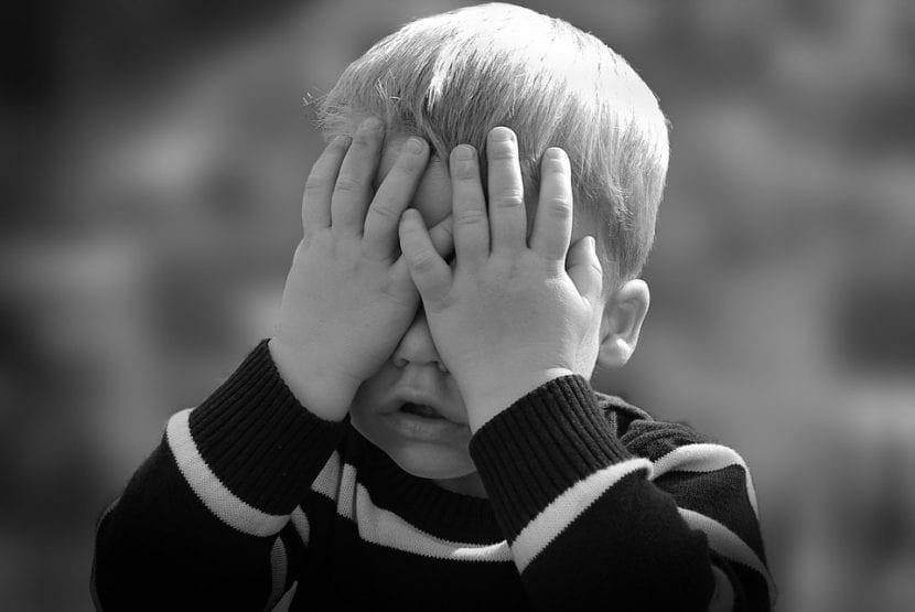 El niño compungido y angustiado se esconde tras decir algo que no es verdad.