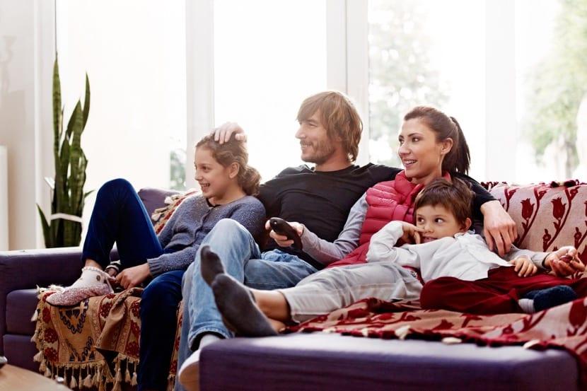 familia viendo la televisión juntos