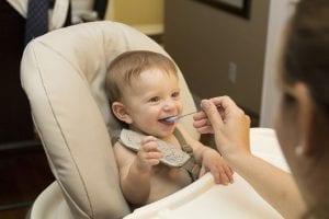 bebé comer con cuchara