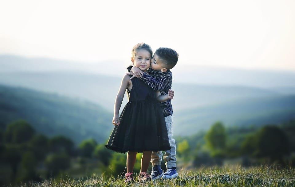 Niño pide perdón con un beso a su amiga.