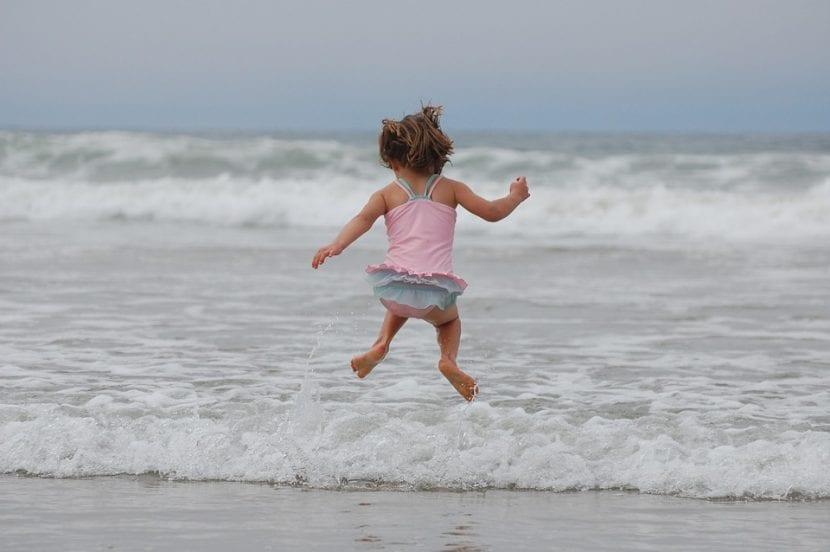 Niña en la playa ya no usa pañal.