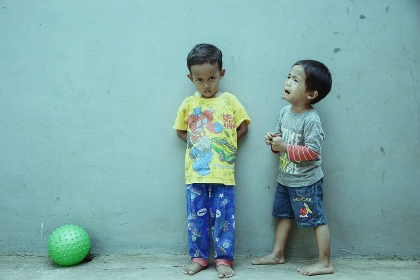 Dos amigos enfadados por un juguete.