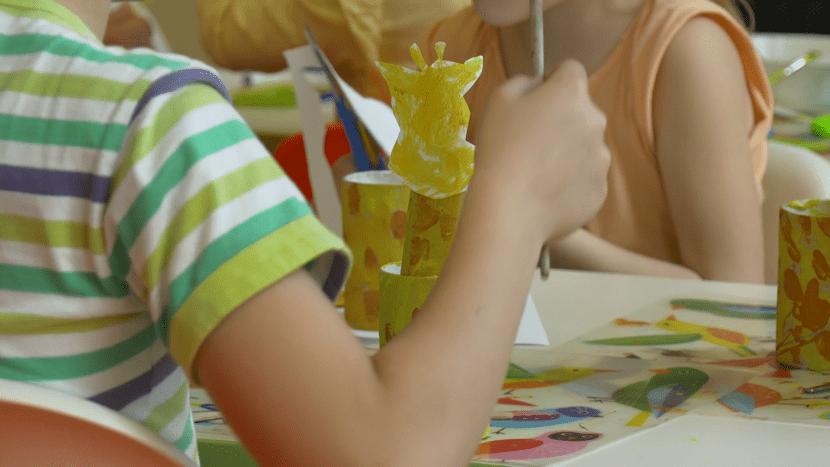 nenes haciendo manualidad como regalo a su profe