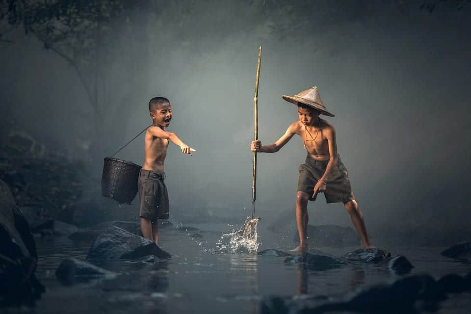 Dos niños explotados para buscar peces.