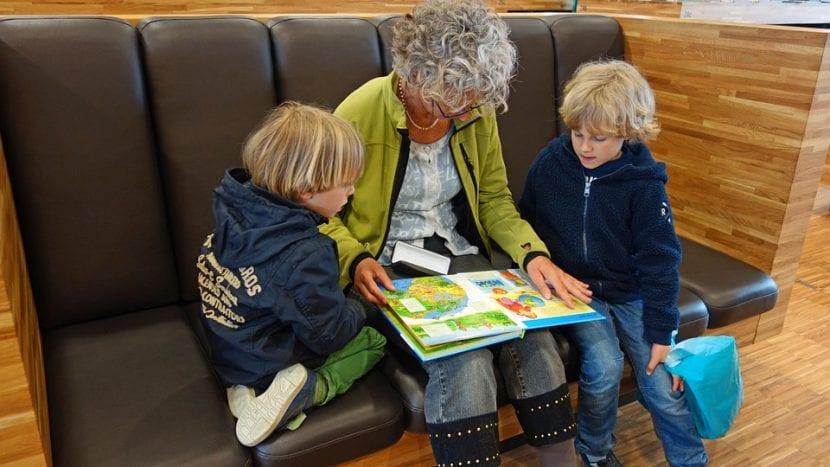 Abuela al cuidado de sus dos nietos.